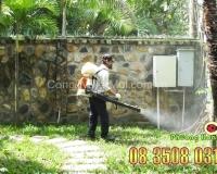 Nhân viên Phượng Hoàng phun thuốc diệt muỗi tại nhà khách hàng