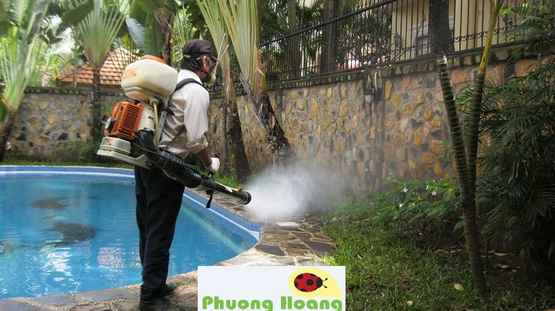 Chuyên viên kỹ thuật của công ty Trừ Mối và Côn Trùng Phượng Hoàng đang thực hiện dịch vụ diệt muỗi